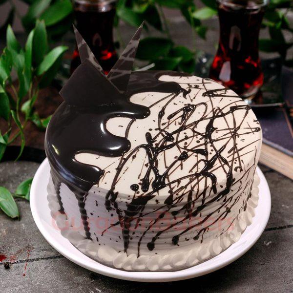 vanilla cake with chocolate sauce